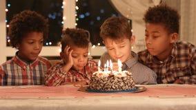 Los niños cerca se apelmazan con las velas almacen de metraje de vídeo