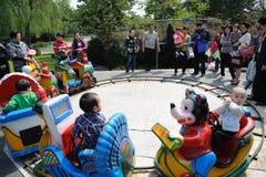 los niños chinos están jugando el tren del juguete Imagenes de archivo
