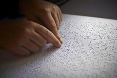 Los niños ciegos leyeron el texto en braille Imágenes de archivo libres de regalías