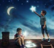 Los niños colgaron las estrellas imagenes de archivo