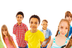 Los niños colocan juntos a muchachos y las muchachas miran para arriba Imagenes de archivo