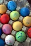 Los niños colorearon los huevos de Pascua Fotos de archivo libres de regalías