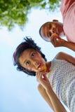 Los niños comen las galletas juntas Imagen de archivo
