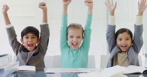 Los niños como ejecutivo de operaciones que sonríe con sus brazos suben 4k metrajes