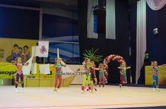 Los niños compiten en la competencia internacional de la Maugli-TAZA en gimnasia Foto de archivo