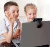 Los niños comunican con en línea Imagen de archivo libre de regalías