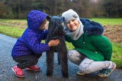 Los niños con el animal doméstico se divierten junto Concepto del cuidado animal Imágenes de archivo libres de regalías