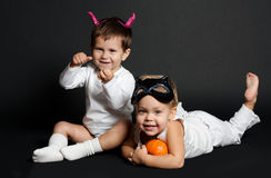 Los niños con las calabazas encendido hlloween Imagen de archivo libre de regalías