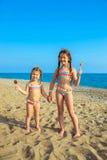 Los niños con las piruletas coloridas disfrutan de vacaciones de verano Foto de archivo libre de regalías