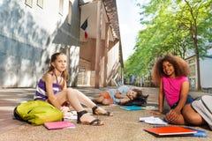 Los niños con los libros en la calle consiguen listos para la clase Fotos de archivo libres de regalías