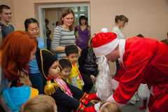 Los niños consiguen presentes de Papá Noel Fotografía de archivo libre de regalías
