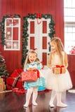 Los niños consiguieron las cajas de regalo Año Nuevo del concepto, feliz Cristo Imagen de archivo libre de regalías