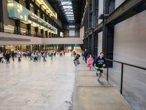 Los niños corren encima de rampa en Tate Modern, Londres Fotos de archivo