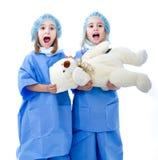 Los niños cuidan el hospital lindo foto de archivo