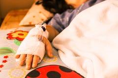 Los niños dan intravenoso la salmuera fotografía de archivo