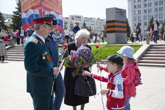 Los niños dan las flores a los veteranos Fotografía de archivo