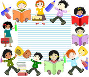 Los niños de diversas razas leen los libros y van a la escuela libre illustration