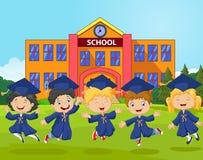Los niños de la historieta celebran su graduación en fondo de la escuela stock de ilustración
