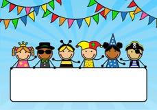 Los niños de la historieta en trajes del carnaval llevan a cabo posts ilustración del vector