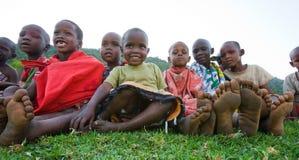 Los niños de Maasai se sientan juntos en la tierra kenia Imagen de archivo