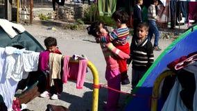 Los niños de refugiados están jugando El puerto de Mytilini en Lesvos, Grecia En la manera a Europa, esperando el transbordador almacen de metraje de vídeo