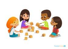 Los niños de risa y sonrientes se sientan en piso en el círculo, juego con los cubos del juguete hablan stock de ilustración