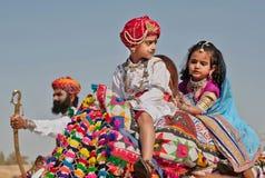 Los niños de una familia real conducen al festival del desierto Imágenes de archivo libres de regalías