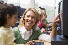 Los niños del jardín de la infancia aprenden cómo utilizar los ordenadores Imagenes de archivo