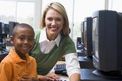 Los niños del jardín de la infancia aprenden utilizar los ordenadores Imagen de archivo