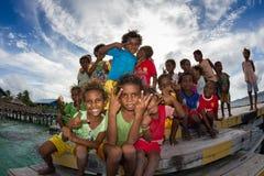 Los niños del pueblo de Arborek, Raja Ampat, Indonesia Imagen de archivo