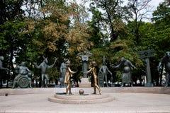 Los niños del ` son las víctimas del monumento adulto del ` de los vicios - Moscú Imagenes de archivo