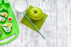 Los niños desayunan con los bocadillos y las frutas divertidos en copyspace de madera ligero de la opinión superior del fondo de  Fotografía de archivo libre de regalías