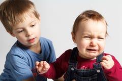 Los niños discuten y lloran Fotos de archivo libres de regalías