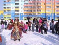 Los niños divertidos bailan en invierno en la calle imagenes de archivo