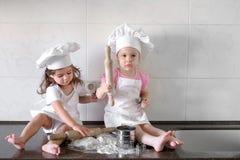 Los niños divertidos están preparando la pasta, cuecen las galletas en la cocina, familia feliz imágenes de archivo libres de regalías