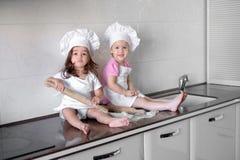 Los niños divertidos están preparando la pasta, cuecen las galletas en la cocina, familia feliz fotografía de archivo
