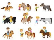 Los niños divertidos que montaban potros y que tomaban el cuidado de sus caballos fijaron, deporte ecuestre, ejemplos del vector stock de ilustración