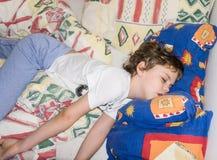 Los niños durmientes relajan al niño de reclinación del resto del muchacho Imagen de archivo