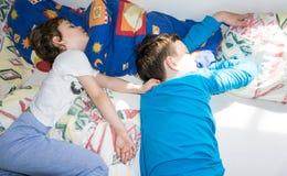Los niños durmientes relajan a la familia de reclinación de los hermanos de los muchachos Fotos de archivo libres de regalías