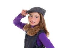 Los niños embroman a la muchacha del invierno con la sonrisa de la capa y de la piel del casquillo Fotografía de archivo