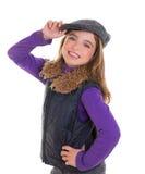 Los niños embroman a la muchacha del invierno con la sonrisa de la capa y de la piel del casquillo fotos de archivo