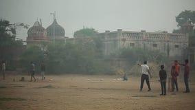 los niños en el juego de la India cricket en el templo viejo del parque almacen de video