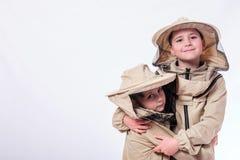 Los niños en el ` s del apicultor se adaptan a presentación en fondo del blanco del estudio Fotografía de archivo libre de regalías