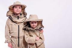 Los niños en el ` s del apicultor se adaptan a presentación en fondo del blanco del estudio Fotos de archivo libres de regalías