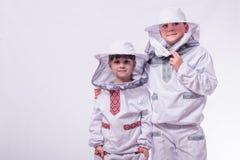 Los niños en el ` s del apicultor se adaptan a presentación en fondo del blanco del estudio Imágenes de archivo libres de regalías