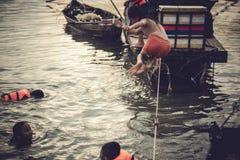 Los niños en jugar del pueblo pesquero  foto de archivo