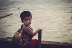 Los niños en jugar del pueblo pesquero  fotos de archivo
