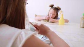 Los niños en la lección del arte en escuela primaria son de pintura y que esculpen de la arcilla almacen de metraje de vídeo