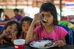 Los niños en la sala de clase en el tiempo del almuerzo en la escuela del camboyano del proyecto embroman cuidado para ayudar a n Fotografía de archivo libre de regalías