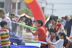 Los niños en una lucha del agua Foto de archivo libre de regalías
